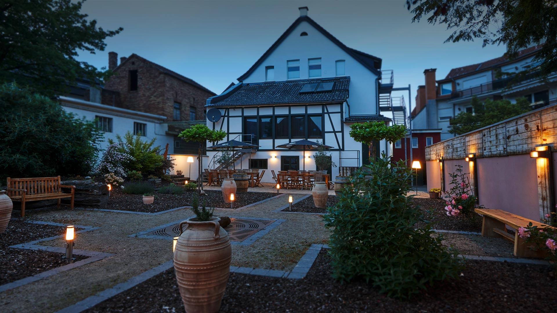 Garten der Alten Ratsschänke mit Außenküche in gemütlicher Atmosphäre.